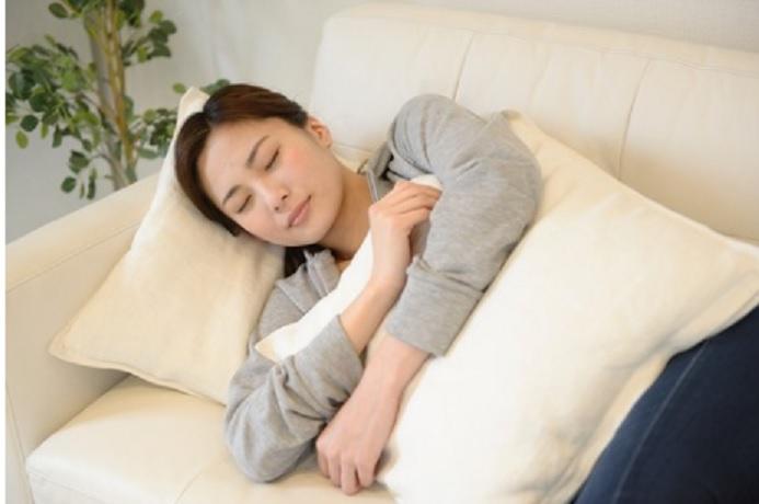 抱き枕で横向き寝