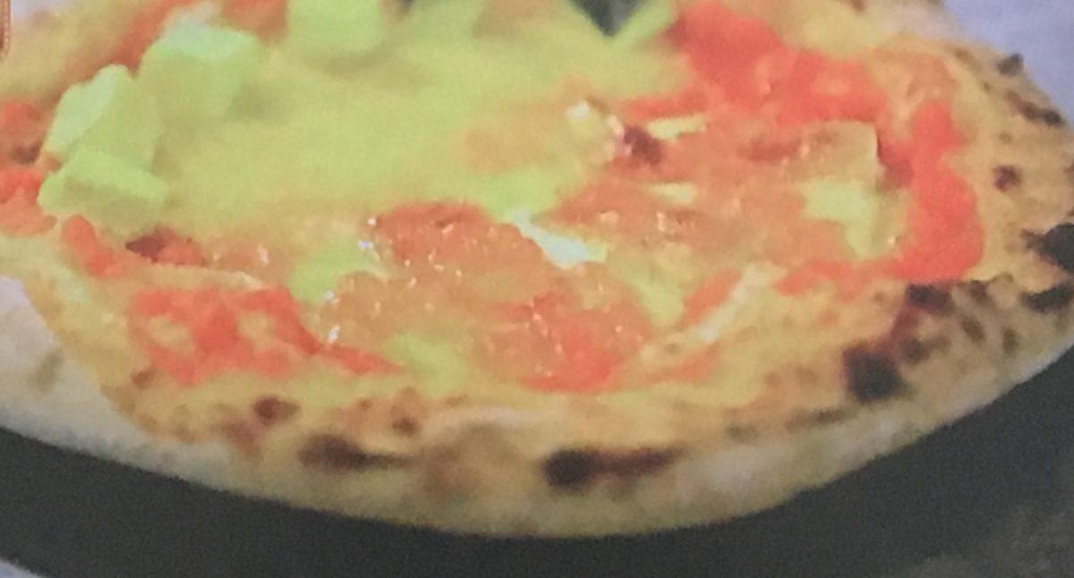 イクラとチーズのピザ