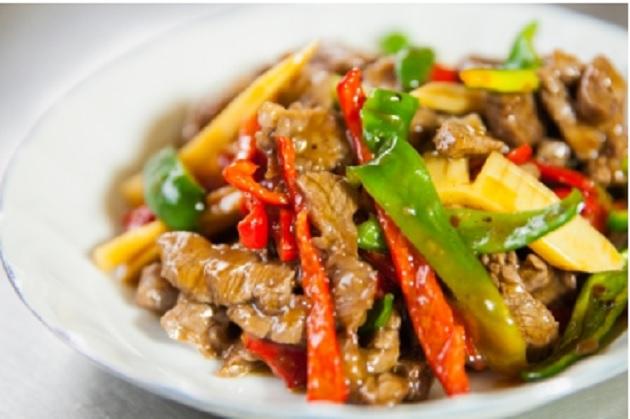 seckano i dinstano meso i povrce u tanjiru