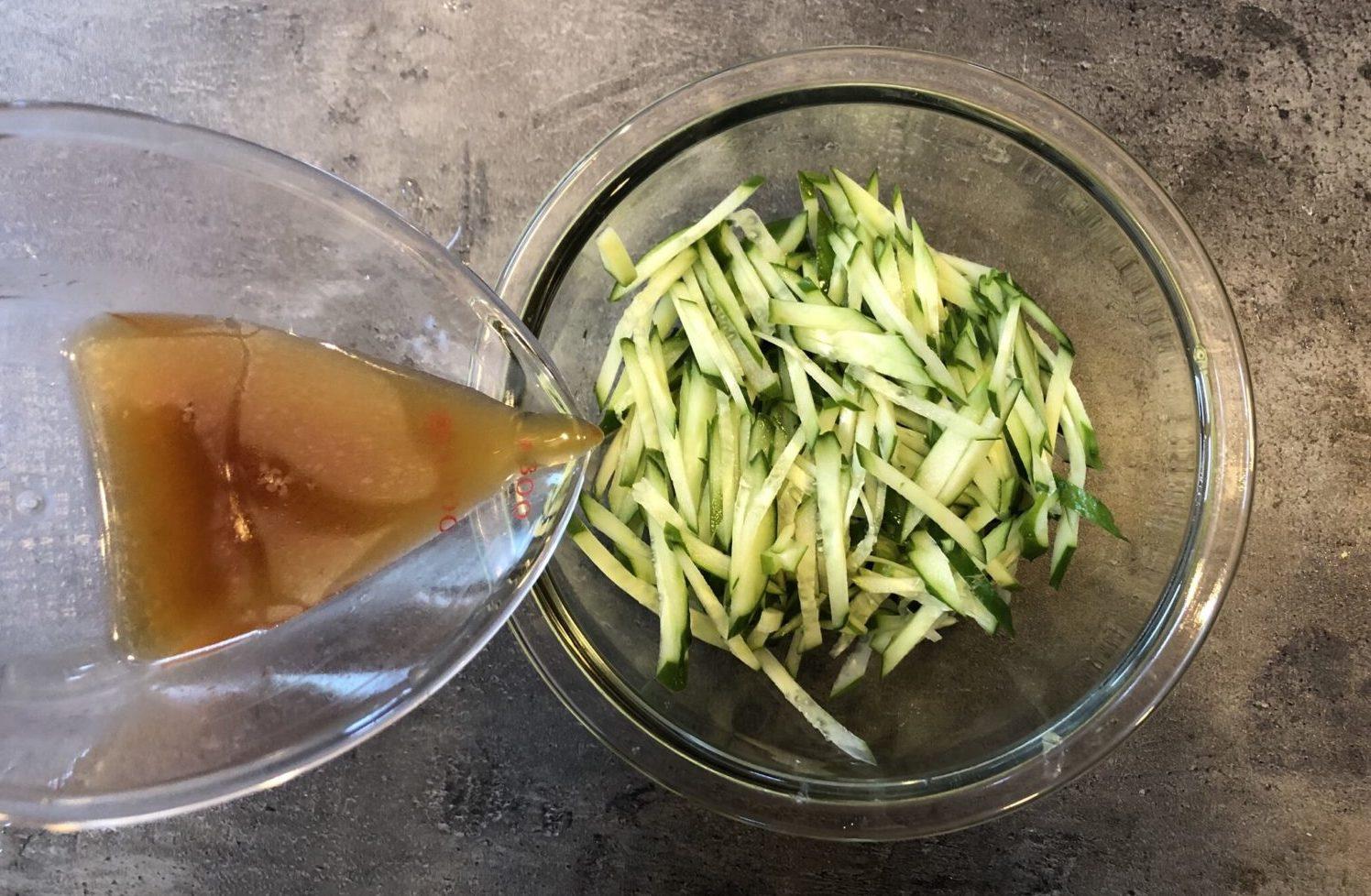 鮭皮ときゅうりの柚子こしょうがけの作り方(工程1)