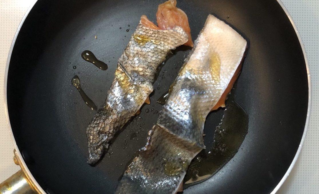 鮭皮ときゅうりの柚子こしょうがけの作り方(工程2)