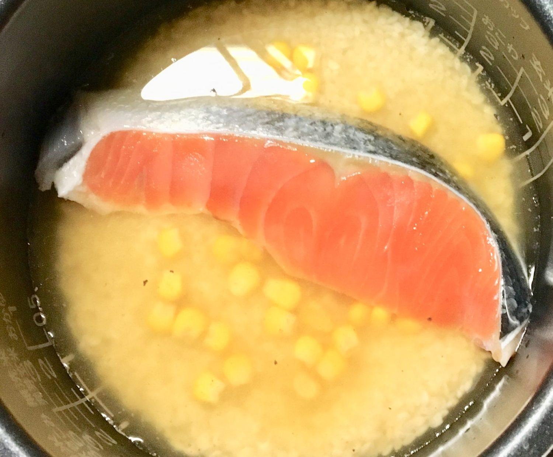 秋鮭コーンのバター炊き込みご飯(工程3)