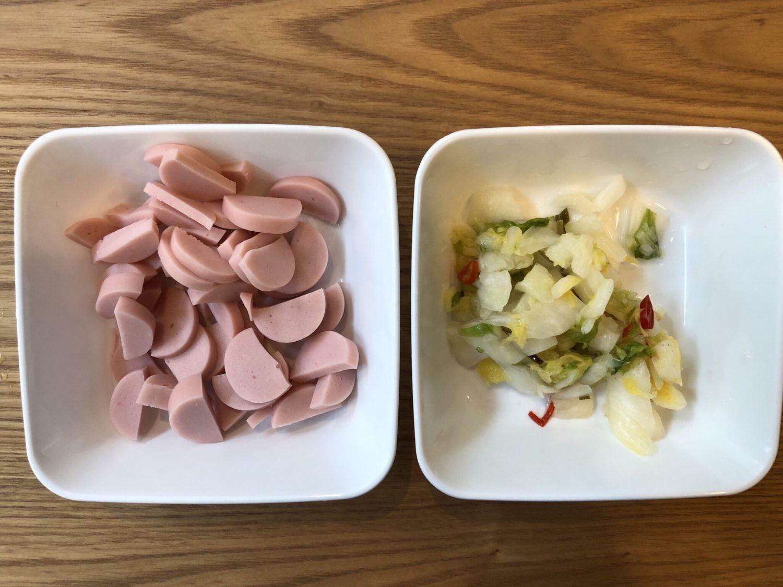魚肉ソーセージと白菜漬けのリメイクおにぎりの作り方(工程1)