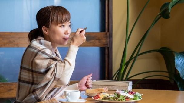 食後ぽっこりお腹の原因と予防策