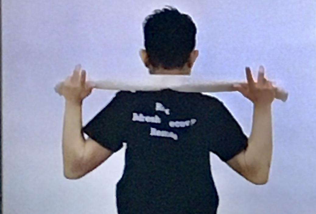 肩甲骨周りを伸ばすタオルストレッチのやり方2