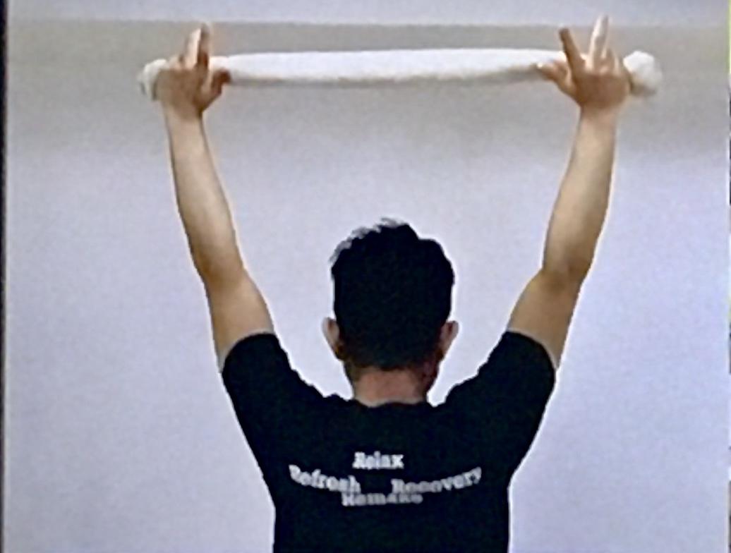 肩甲骨周りを伸ばすタオルストレッチのやり方3