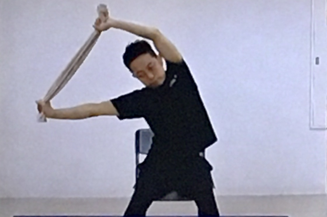 背中の筋肉を伸ばすタオルストレッチのやり方2