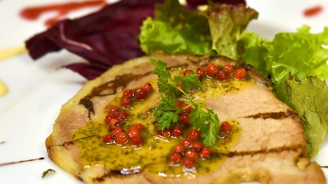 サタプラのホテルニューオータニの若鶏⾁のコンフィと野菜 ハーブの香りレシピ