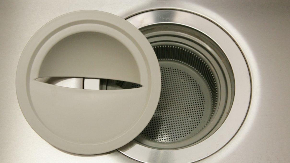 00均のボトル洗い用ロングブラシで洗面所の排水口掃除